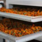 Цветки календулы в сушилке