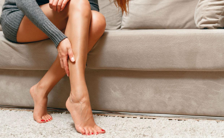 почему сводит ноги судорогой